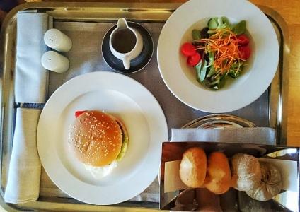 Roomservice - Burger und Salat