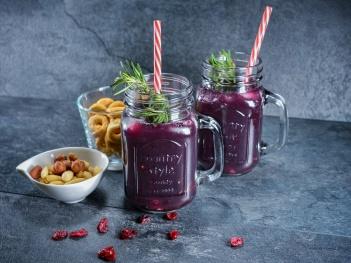 Cocktail mit Granatapfel und Rosmarin