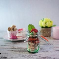 Haselnuss-Meringue mit Erdbeeren und Joghurteis an Minzsirup